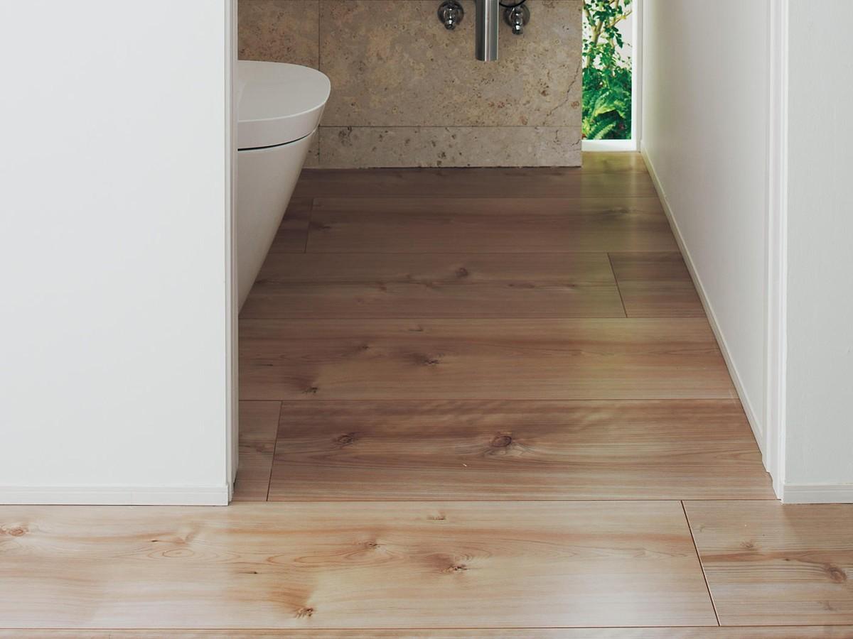 トイレの床をフローリングに張り替えるリフォームの費用と価格の相場は